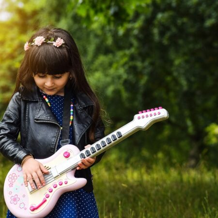 nina-tocando-guitarra